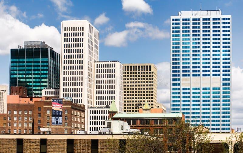 Взгляд к центральным небоскребам Колумбуса городским стоковые фотографии rf