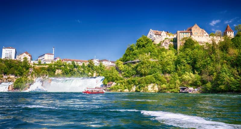 Взгляд к Rhine Falls & x28; Rheinfalls& x29; , самый большой простый водопад в Европе около Schaffhausen, Швейцарии стоковые изображения rf