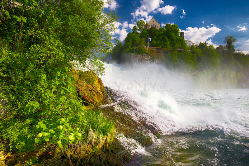 Взгляд к Rhine Falls & x28; Rheinfalls& x29; , самый большой простый водопад в Европе Оно расположено около Schaffhausen, Швейцар стоковые изображения