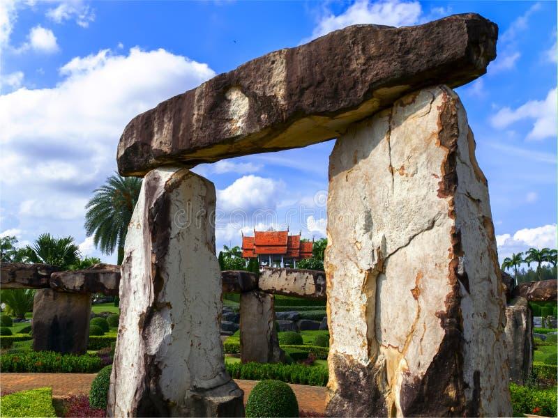 Download Взгляд к Wat от каменного Henge Стоковое Фото - изображение насчитывающей облако, тропическо: 40576946