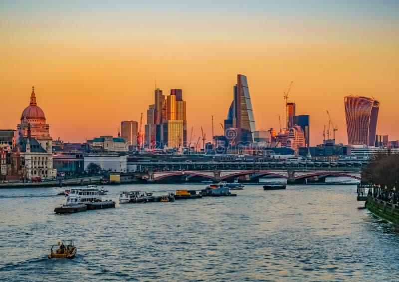 Взгляд Лондона от моста Ватерлоо на ярком заходе солнца в декабре на корме стоковые изображения