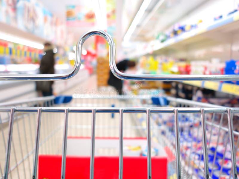 Взгляд магазинной тележкаи на супермаркете стоковое фото rf