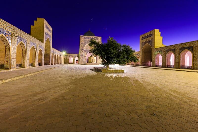 Взгляд мечети на ноче, Бухары Kolon, Узбекистана стоковая фотография