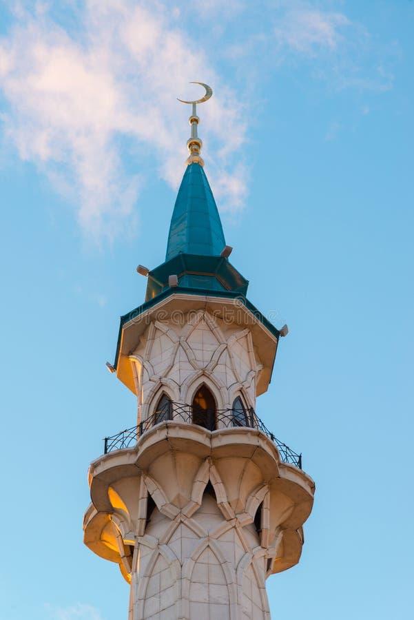 Взгляд мечети Kul-Sharif минарета на заходе солнца sharif tatarstan России мечети kazan coul стоковые изображения rf