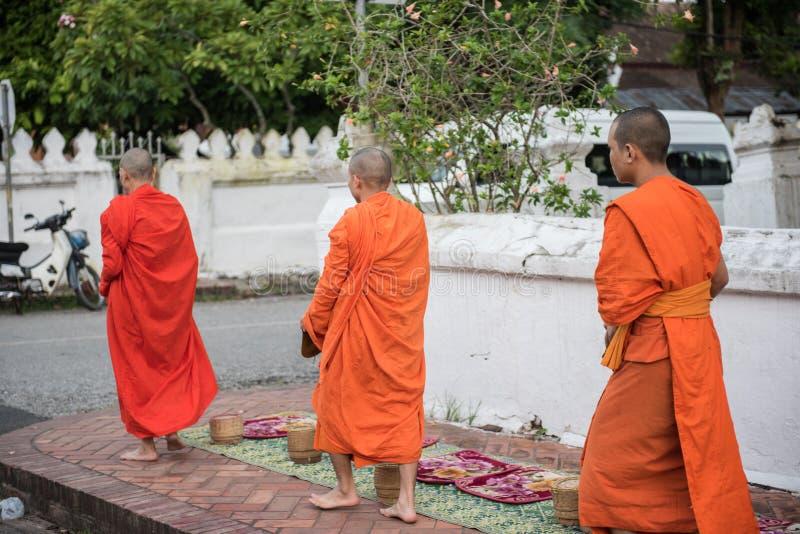 Взгляд монахов ремня Wat Xieng стоковые фотографии rf