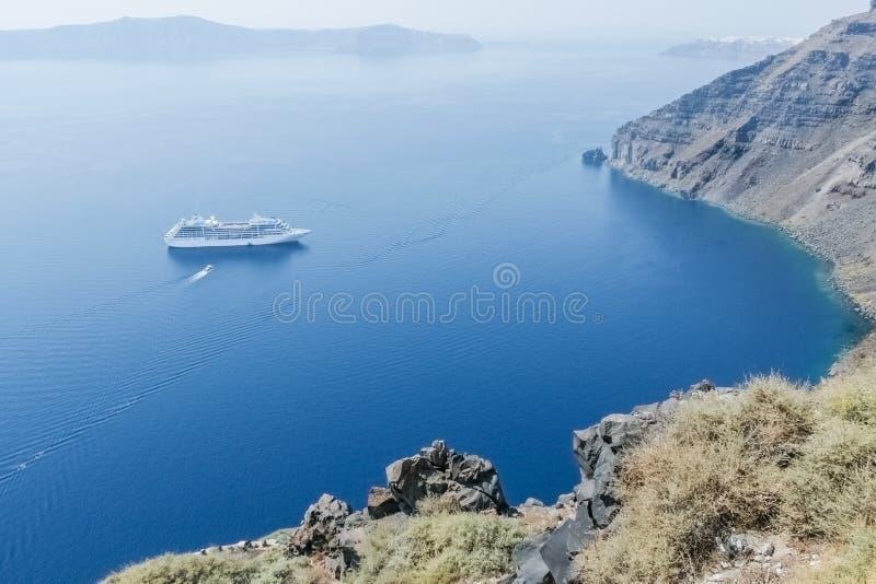 Взгляд моря и шлюпки с крутым побережьем острова s стоковая фотография