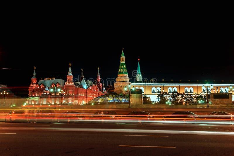 Взгляд Москвы Кремля и исторического музея, освещенный к вечер освещает стоковая фотография rf