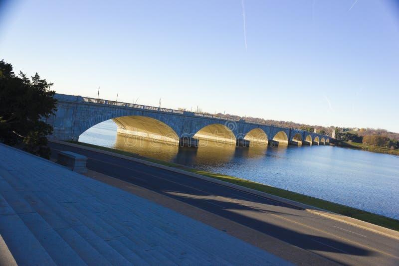 Взгляд моста от шагов Уотергейта, национального мола Арлингтона мемориального, DC Вашингтона стоковое фото