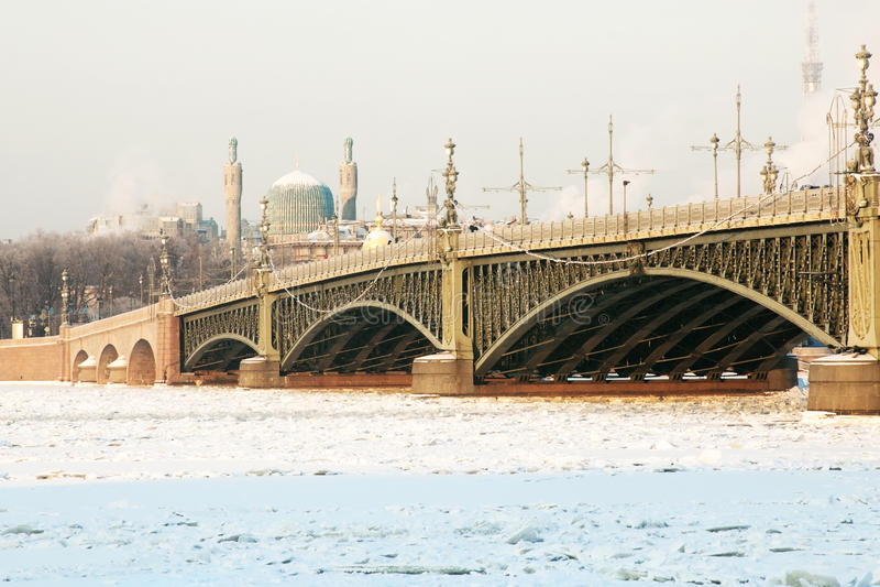 Взгляд моста троицы в Санкт-Петербурге в зиме стоковая фотография rf