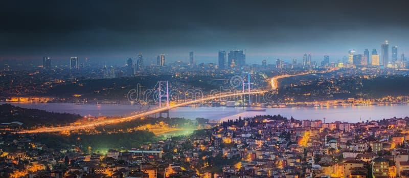 Взгляд моста Bosphorus на ноче Стамбуле стоковые фотографии rf