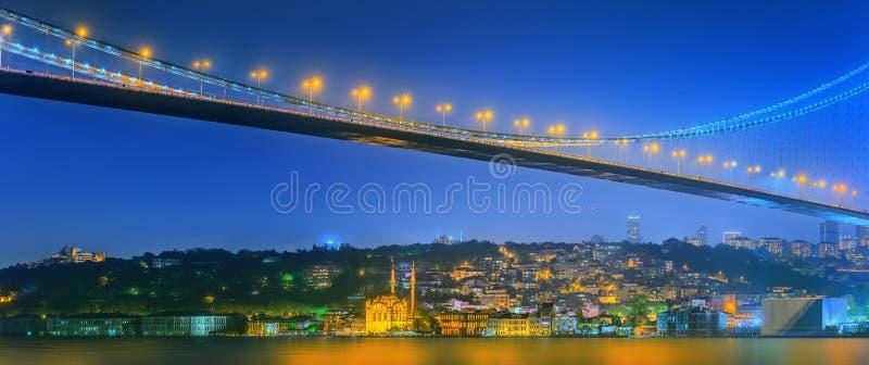 Взгляд моста Bosphorus на ноче Стамбуле стоковое фото