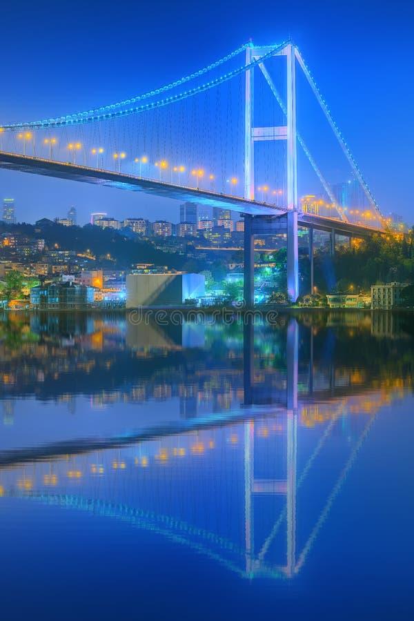 Взгляд моста Bosphorus на ноче Стамбуле стоковая фотография