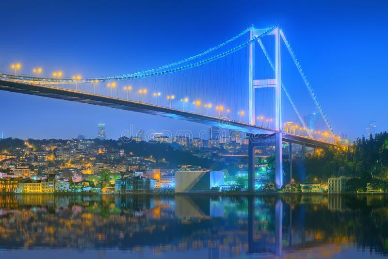 Взгляд моста Bosphorus на ноче Стамбуле стоковое фото rf