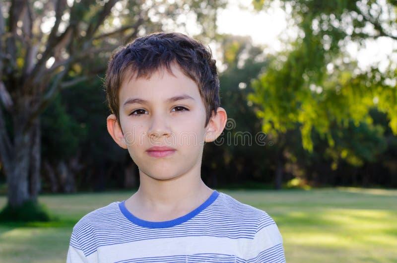 Взгляд молодого мальчика портрета заботливый стоковое изображение