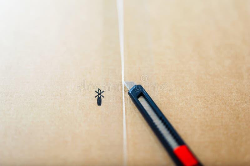 взгляд Наклон-переноса резца на картонной коробке стоковое изображение rf