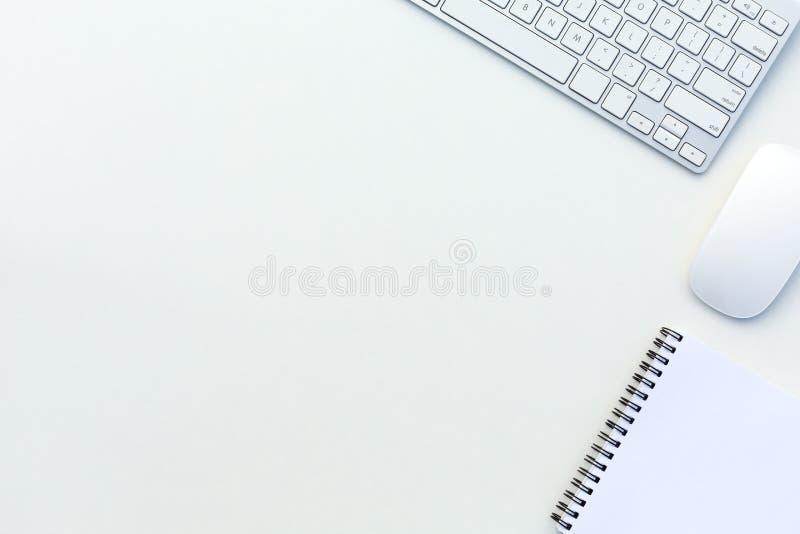 Взгляд настольного компьютера офиса белый с делом и каждый день деталями и электроникой жизни стоковые фотографии rf