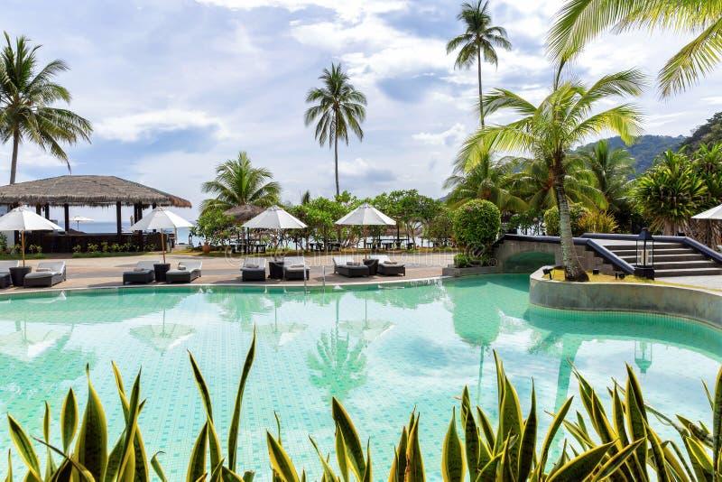 Взгляд над бассейном к тропическому пляжу стоковое изображение rf