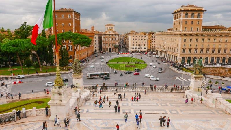 Download Взгляд над венецианским квадратом в Риме - аркаде Venezia Редакционное Стоковое Фото - изображение насчитывающей движение, итальянско: 81808578