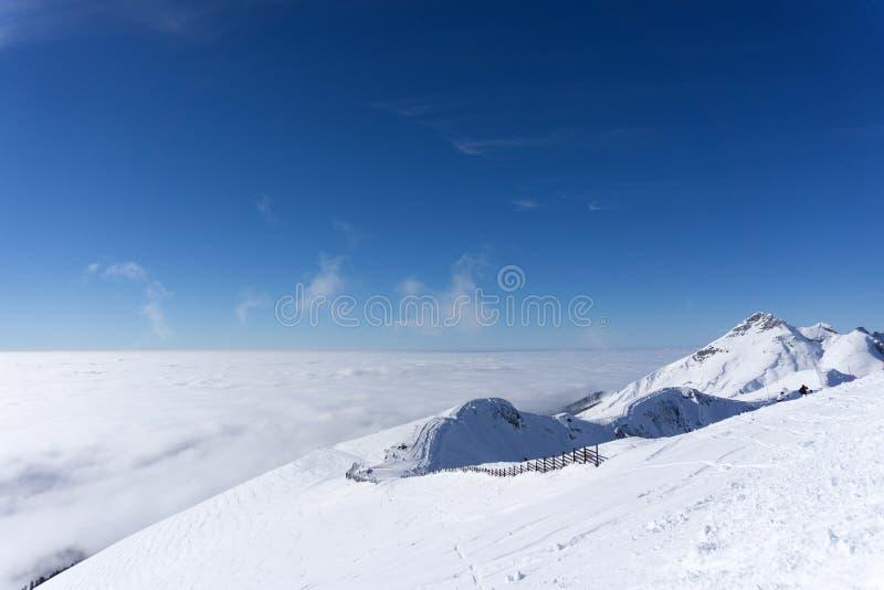 Взгляд на горах и голубом небе над облаками стоковое фото rf