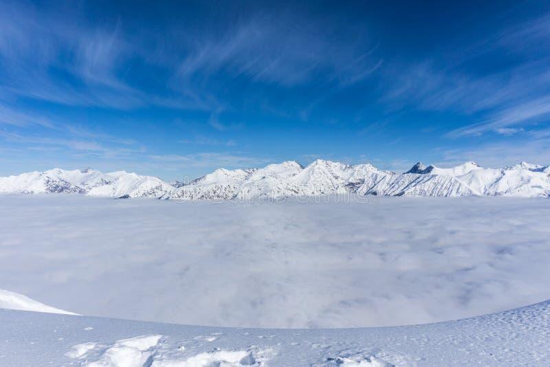 Взгляд на горах и голубом небе над облаками стоковые изображения