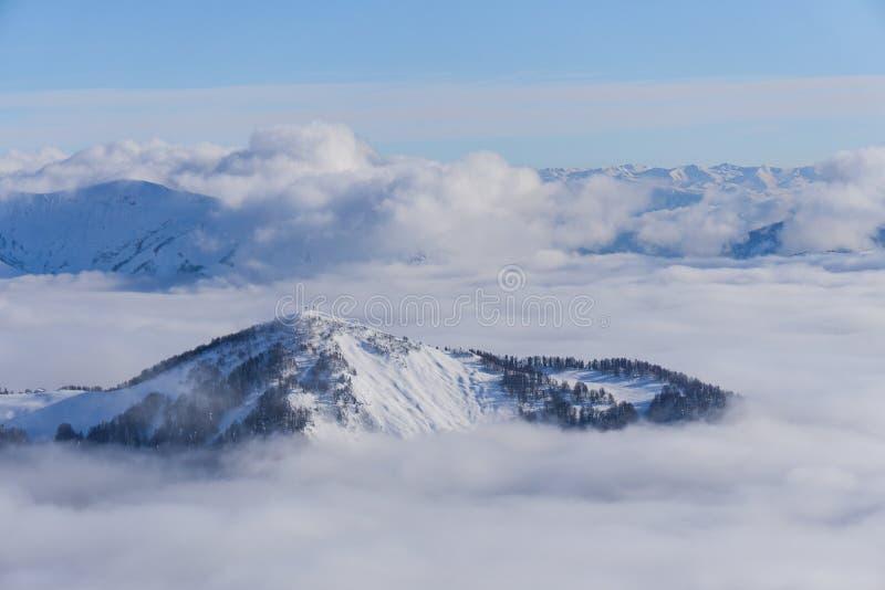 Взгляд на горах и голубом небе над облаками стоковая фотография