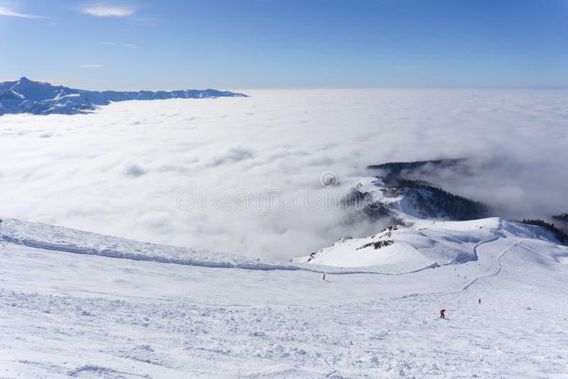 Взгляд на горах и голубом небе над облаками стоковое изображение rf