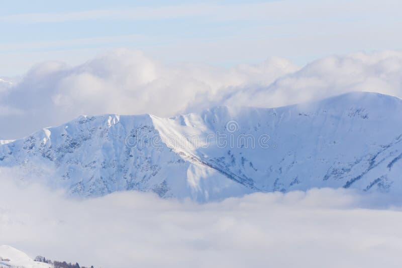 Взгляд на горах и голубом небе над облаками стоковые фотографии rf
