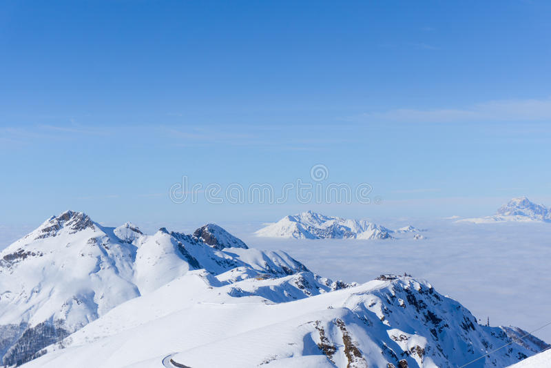 Взгляд на горах и голубом небе над облаками стоковые изображения rf