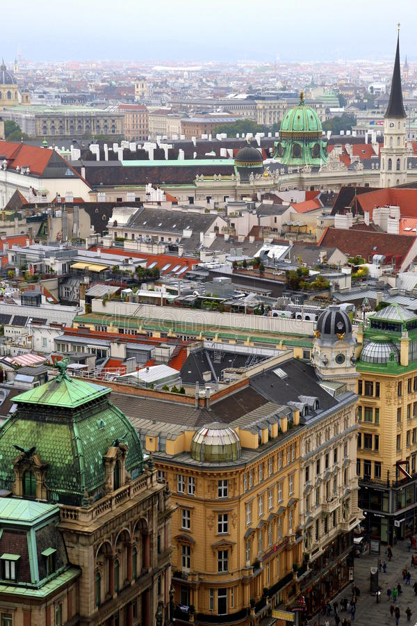 Взгляд на городе и крышах домов стоковое фото