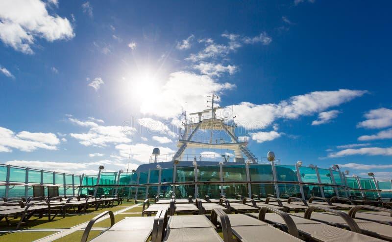 Взгляд на голубое sy и солнце от верхней палубы вполне sunbads на роскоши стоковые фотографии rf