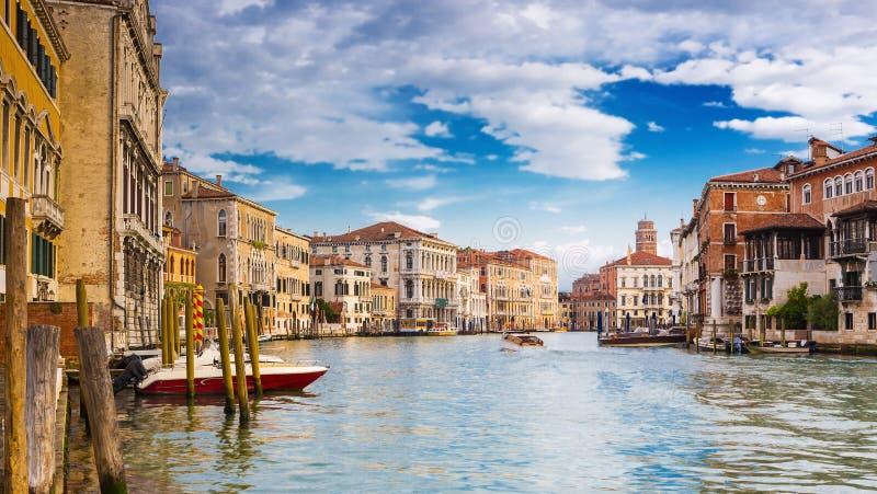 Взгляд на грандиозном канале в романтичной Венеции, Италии стоковое изображение rf