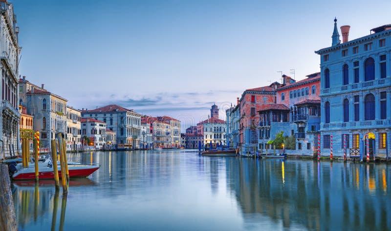 Взгляд на грандиозном канале в романтичной Венеции, Италии стоковая фотография
