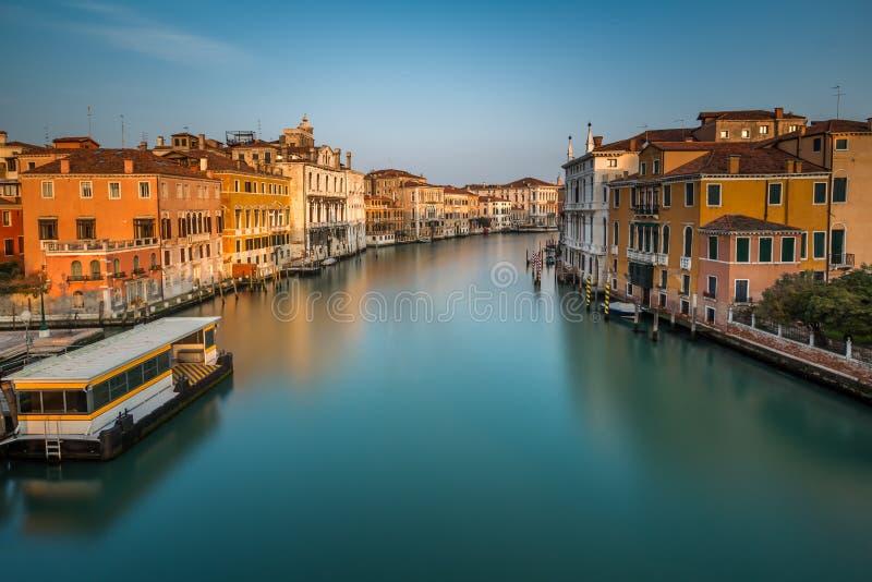 Взгляд на грандиозном канале и станции Vaparetto стоковые изображения rf