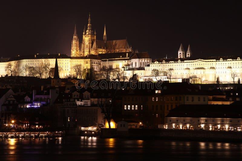 Взгляд на замке Праги, чехия ночи стоковые изображения