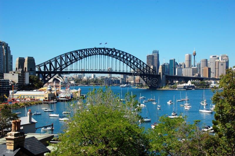 Взгляд на заливе Lavander и мосте гавани, Сиднее стоковое изображение