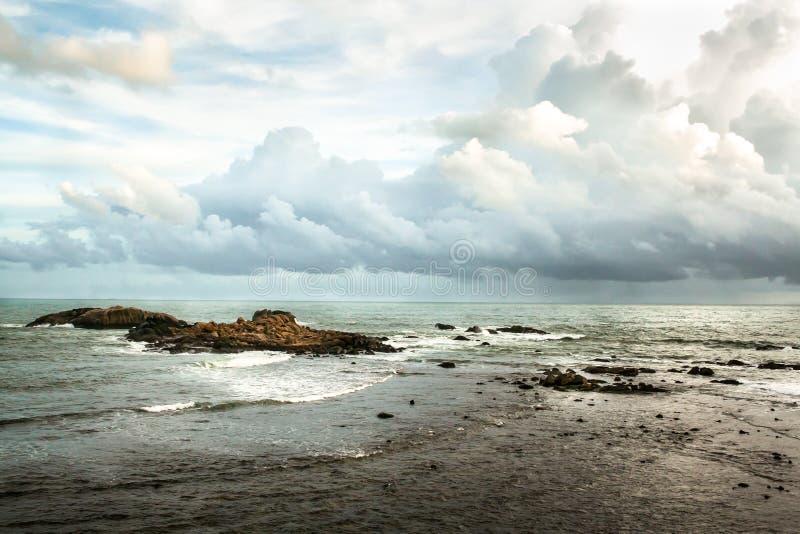 Взгляд на Индийском океане с островом камней малым стоковая фотография