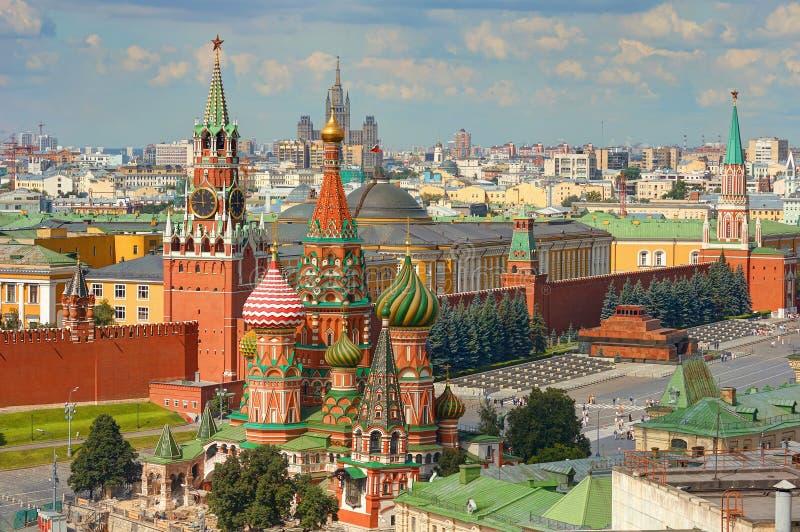 Взгляд на красной площади Москвы, Кремле возвышается, часы Kuranti, церковь собора ` s базилика Святого, мавзолей Ленина Гостиниц стоковые фотографии rf