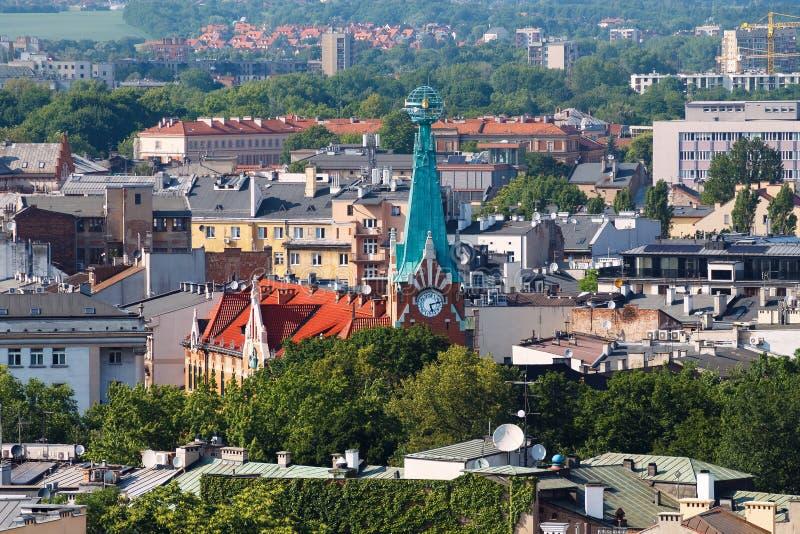 Взгляд на крышах и часах городка krakow стоковые изображения