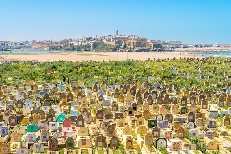 Взгляд на кладбище moslim в городке продажи - Марокко стоковые изображения