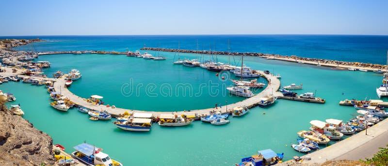 Взгляд на малом порте и рыбацкие лодки припарковали около пристани городка Vlychada на острове Santorini стоковые фотографии rf