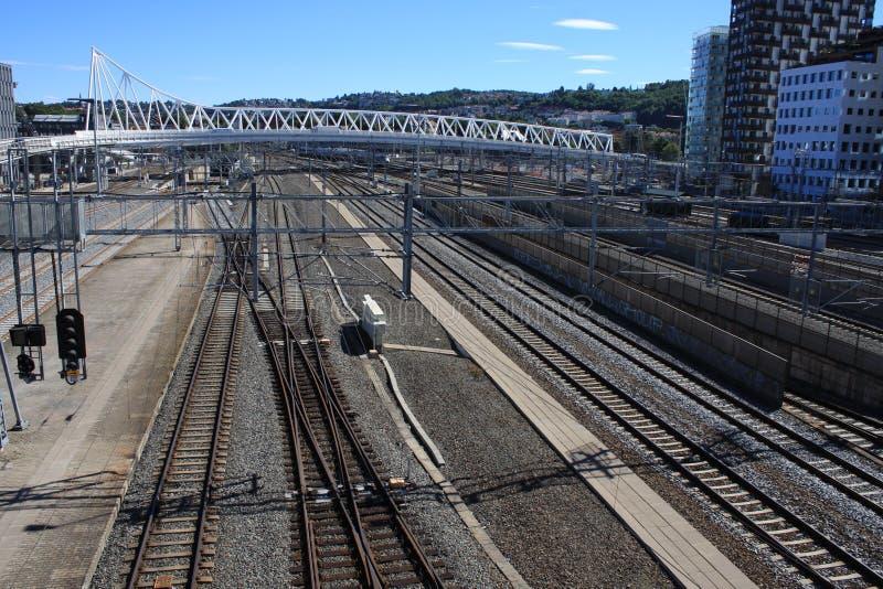 Взгляд на месте Bjorvik в Осло с некоторыми современными зданиями и линиями поезда стоковые изображения