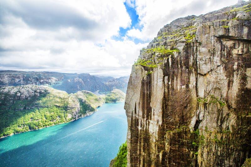 Взгляд над миром известным Preikestolen утес - или амвона - над Lysefjord стоковое фото