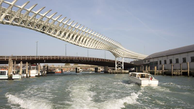 Взгляд на мостах Венеции от шлюпки стоковая фотография rf