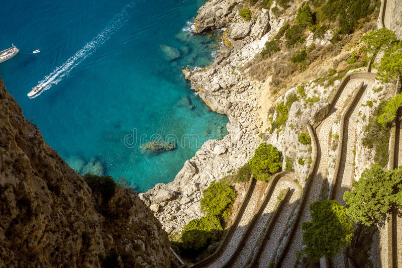 Взгляд на дороге от садов Augustus, острове Капри, Италии Krupp стоковые фотографии rf