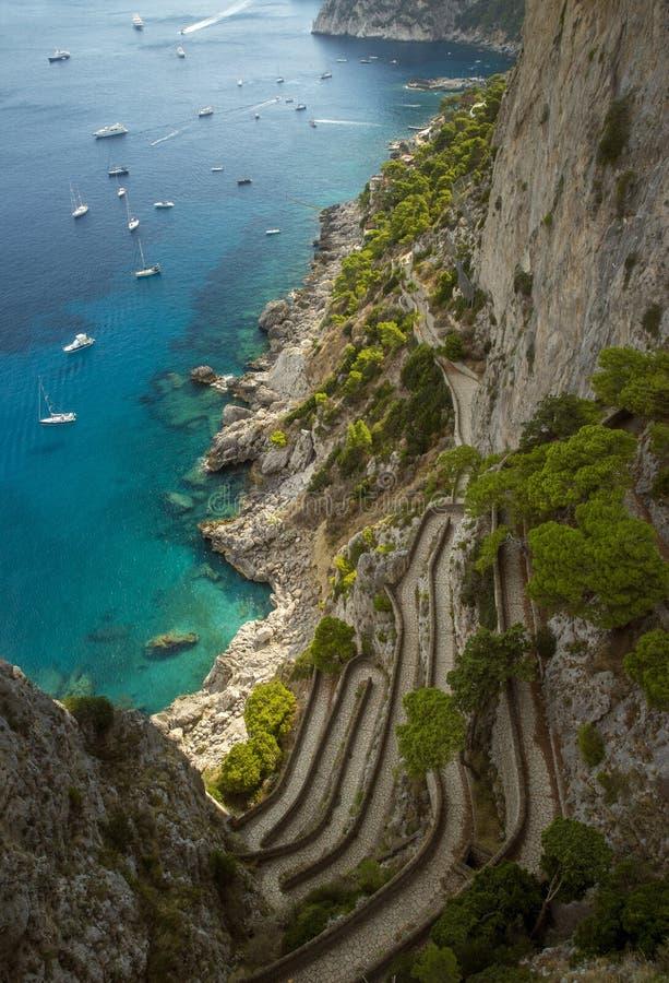 Взгляд на дороге от садов Augustus, острове Капри, Италии Krupp стоковое фото