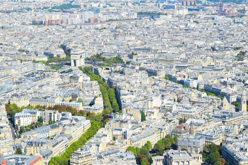 Взгляд над Парижем сверху к триумфальному своду и Elysian полям/Champs-Elysees стоковая фотография