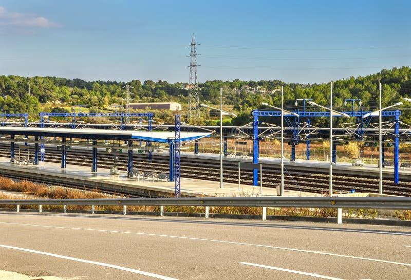 Взгляд на платформах современного железнодорожного вокзала в Таррагоне, Испании стоковые изображения rf