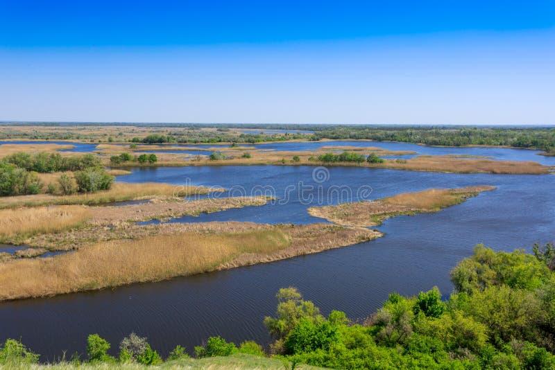 Взгляд на реке перепада в славном весеннем дне стоковые фотографии rf