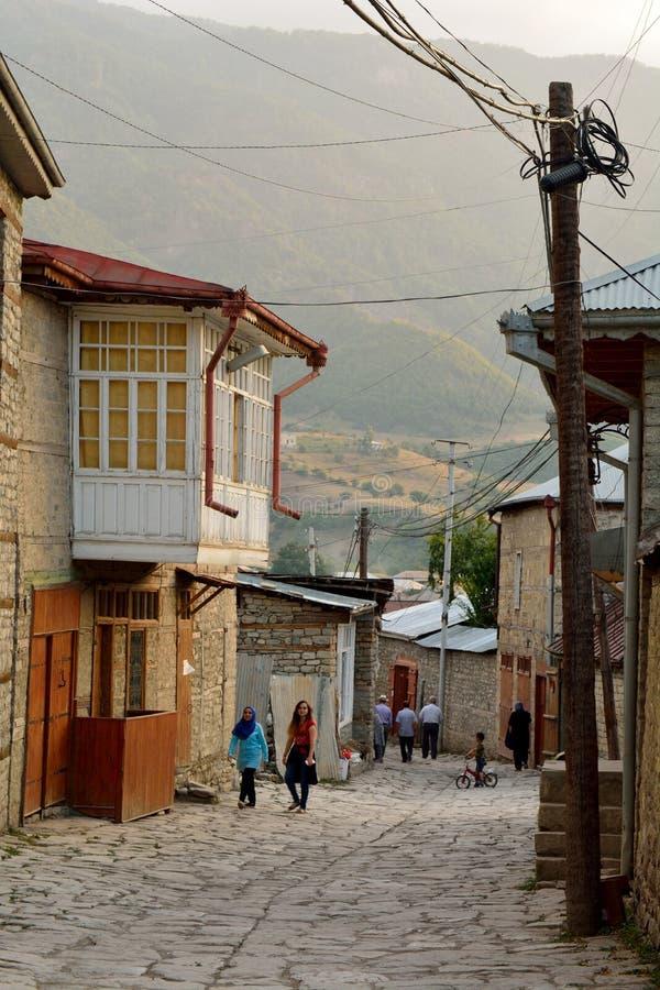 Взгляд на улице Huseynov булыжника, главная улица улицы деревни Lahic гористой Азербайджана стоковая фотография