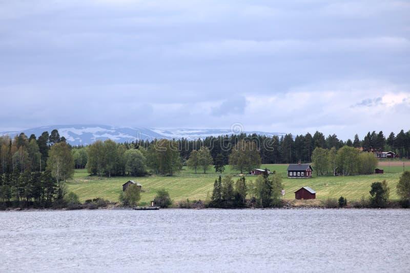 Взгляд над шведским озером Storsjoen с горами и островом Norderoe на заднем плане стоковые изображения
